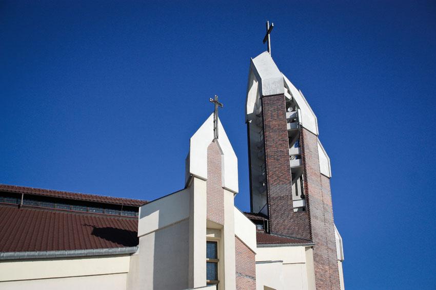 Kościół pw. Św. Józefa w Nowej Soli - widok na dach i dzwonnicę