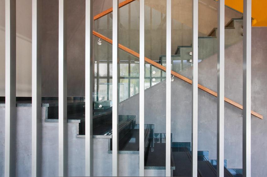 Widok z bliska na nowoczesną balustradę